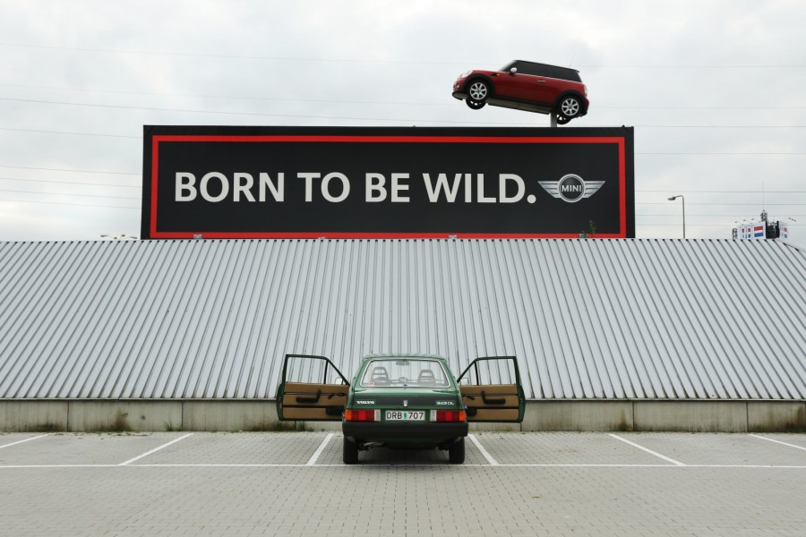 Nutid och dåtid möts utanför bilfabriken i Born. En gång tillverkades Klassikers Volvo 343 DL här, nu är det Mini och BMW X1 som gäller.