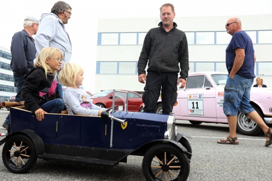 Stephan Poppe från Bremen har inte bara byggt en egen Volvo 165 som han ofta haft med sig till VROM. I år hade han med sig en egentillverkad ÖV4 i rätt storlek för sina döttrar.