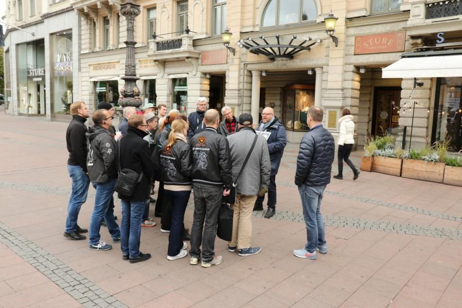 Den guidade turen om Volvos historia i Stockholm inleddes på Stureplan - det var ju här på restaurang Sturehof Volvogrundarna Larson och Gabrielsson träffades över en skål med kräftor.