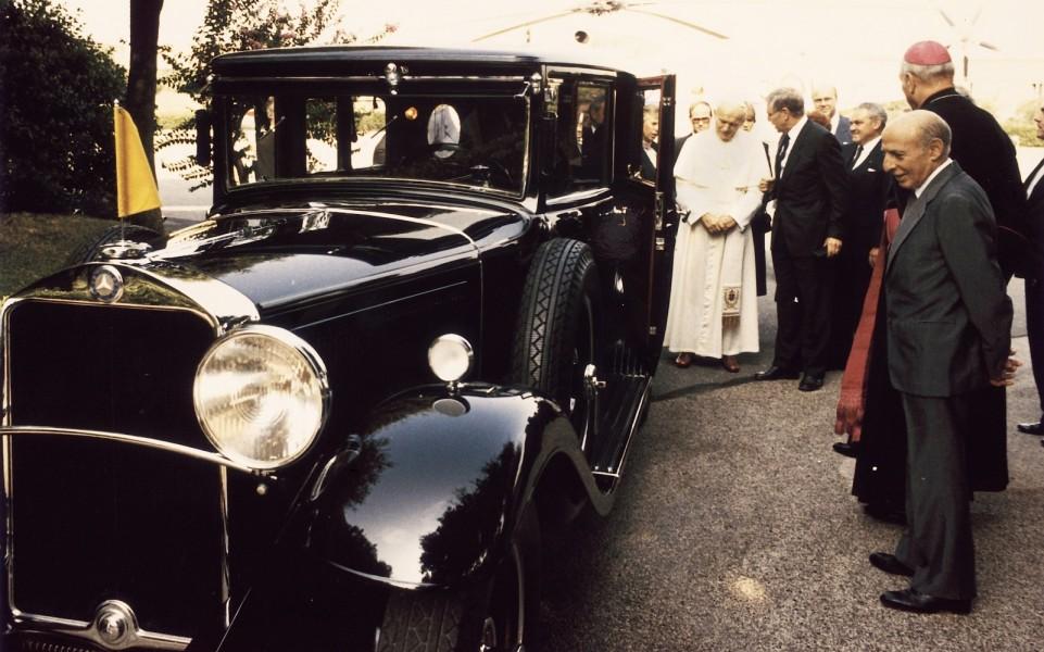 Påven Johannes Paulus II fick 1984 se Pius XI:s Mercedes-Benz Nürburg 460 1930 efter att den renoverats.