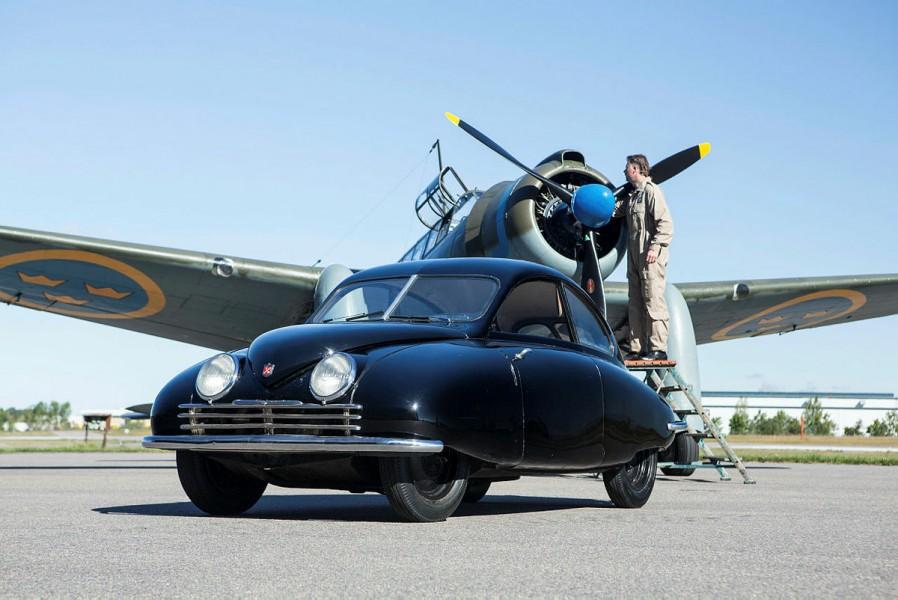 """Ett historiskt möte mellan Ursaaben och en Saab B17 på flygfältet vid fabriken i Linköping. I nya <a href=""""https://shop.motorvarlden.se/product/saab-cars-magazine-12020"""">Saab Cars Magazine</a>&nbspberättar vi hela historien!"""