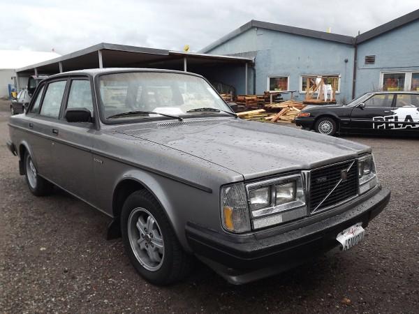 Volvo från Kalifornien, Det är en Turbo från 1984, lite av en skvaderbil. Under några år hette dessa varken 240 eller 260 där, utan just denna modell hette kort och gott ''Turbo''. Ett plus när man köper Volvo från USA är ju att man får med den åtråvärda USA-fronten.