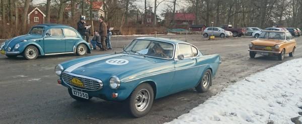 Volvo P1800 med herrarna Berglund och Bogart från Rimbo och Norrtälje. I bakgrunden Anders Odeens VW från 1963 och Leo Tattis Daf 44 Coupé..