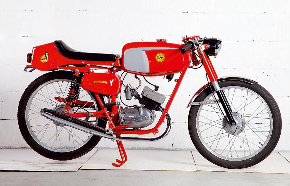 Demm 1969. Den slagkraftiga förkortningen stod för Daldi e Matteuci Motori i Milano. Företaget drevs av två bröder och var verksamt under 30 år med start 1953. Till skillnad från många andra gjorde man egna motorer i både tvåtakt och fyrtakt, från 49 kubik till 75 kubik. Med singelsadel såg den raceklar ut.