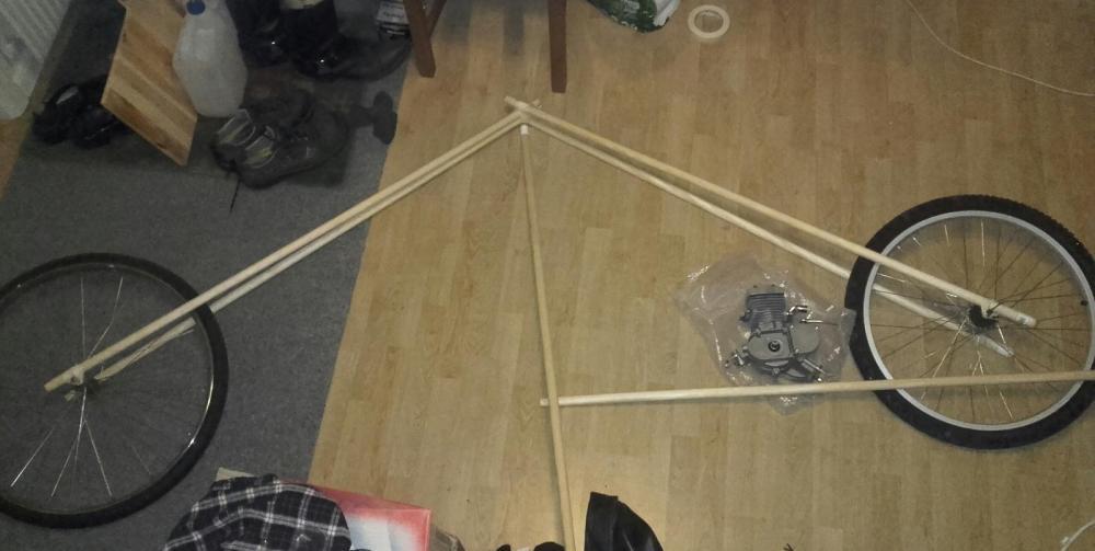 Okej. Tobbe börjar med att tanka hem designverktyget Woodstick 3D.