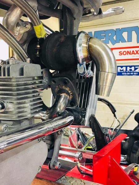 Här syns storleken på turboaggregat. Här syns storleken på motorn. Här börjar man undra ... äh, heja Daniel!