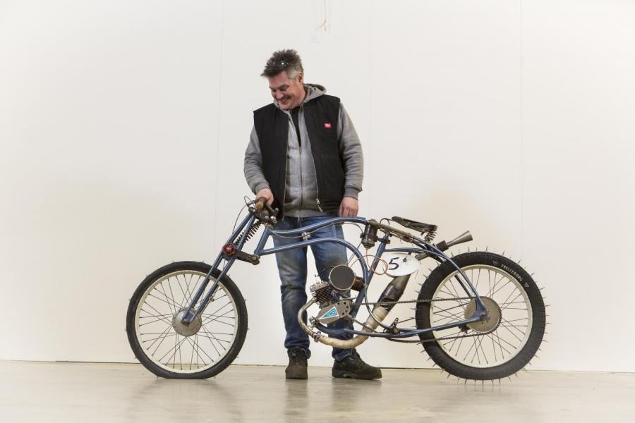 Mopedhataren Dick Ström fick till ett bygge som vi alla gillade. En moped på språng full av vackert slitage.