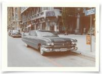 DeVille 1959. Strandvägen i Stockholm, juli 1962. Parkeringsrutan för beskickningsbilar är alltför liten när en CD-märkt Cadillac Series 6300 Four Window Sedan med ett gung stannar till och får omgivningen att förblekna. Året då fenorna nådde sitt zenith byggdes 12 308 exemplar av denna version.