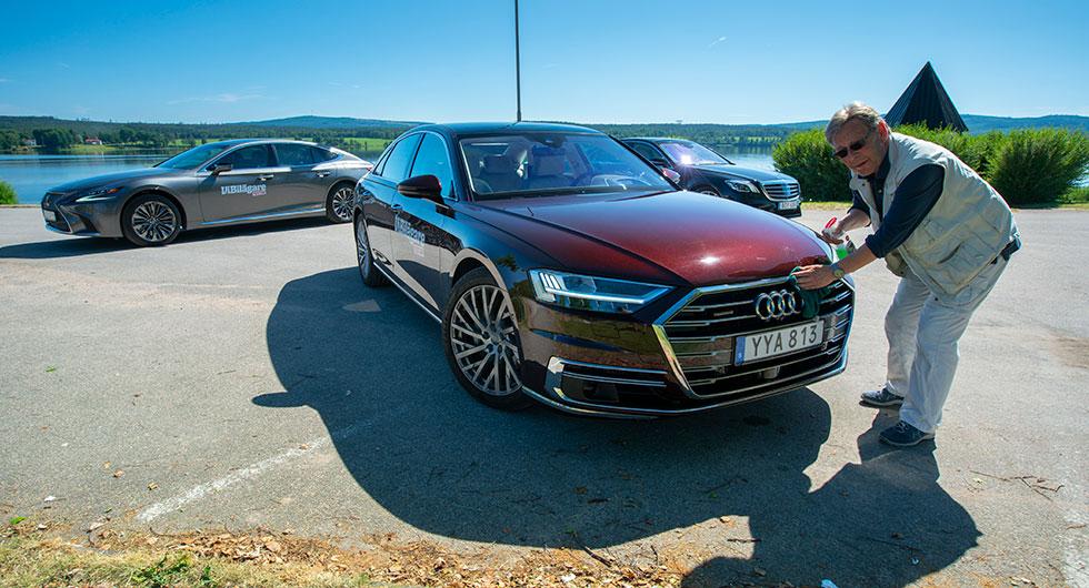 Och kromet blänkte i dess nos… Audi A8 och Lexus LS 500h har rejält tilltagna grillar, nästan som på dollargrinens tid. Nospartiet på Mercedes S-klass är något mer återhållsamt.