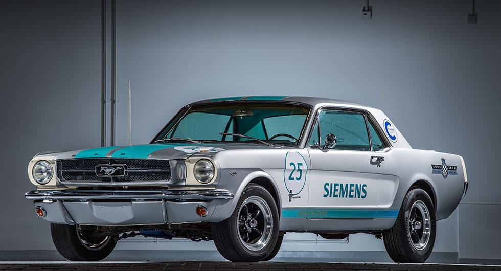 Självkörande Mustang tävlade mot robotbil