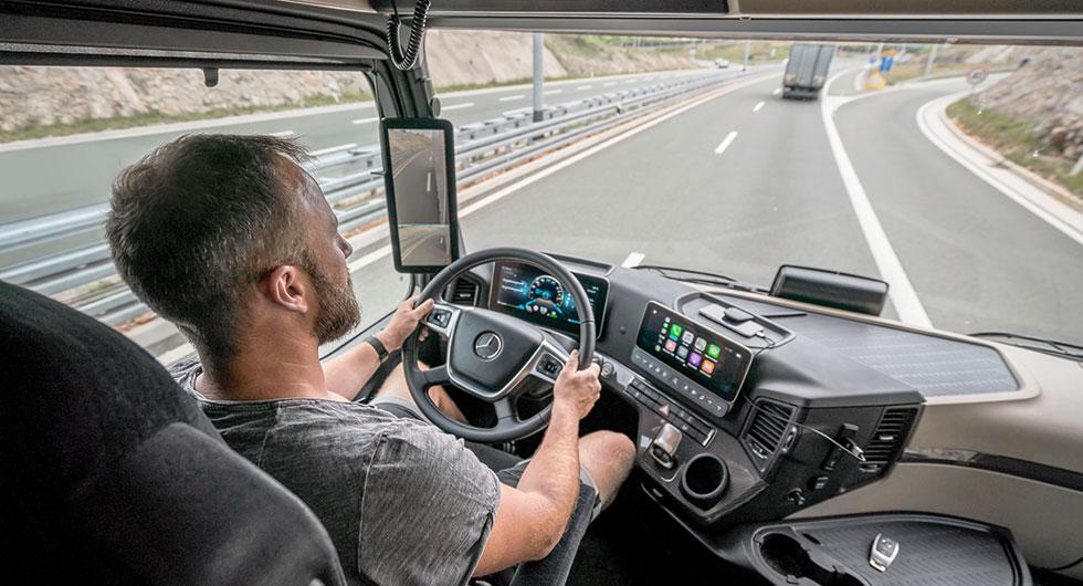 Mercedes lastbil saknar speglar