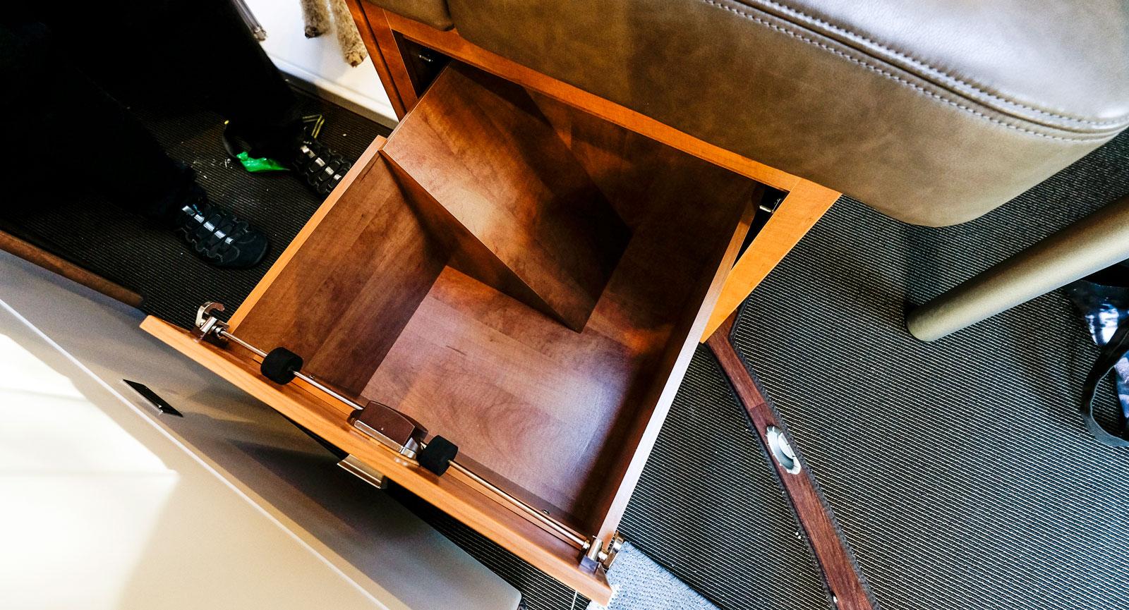 Under soffan finns en låda med gott om plats för nödvändigheter.
