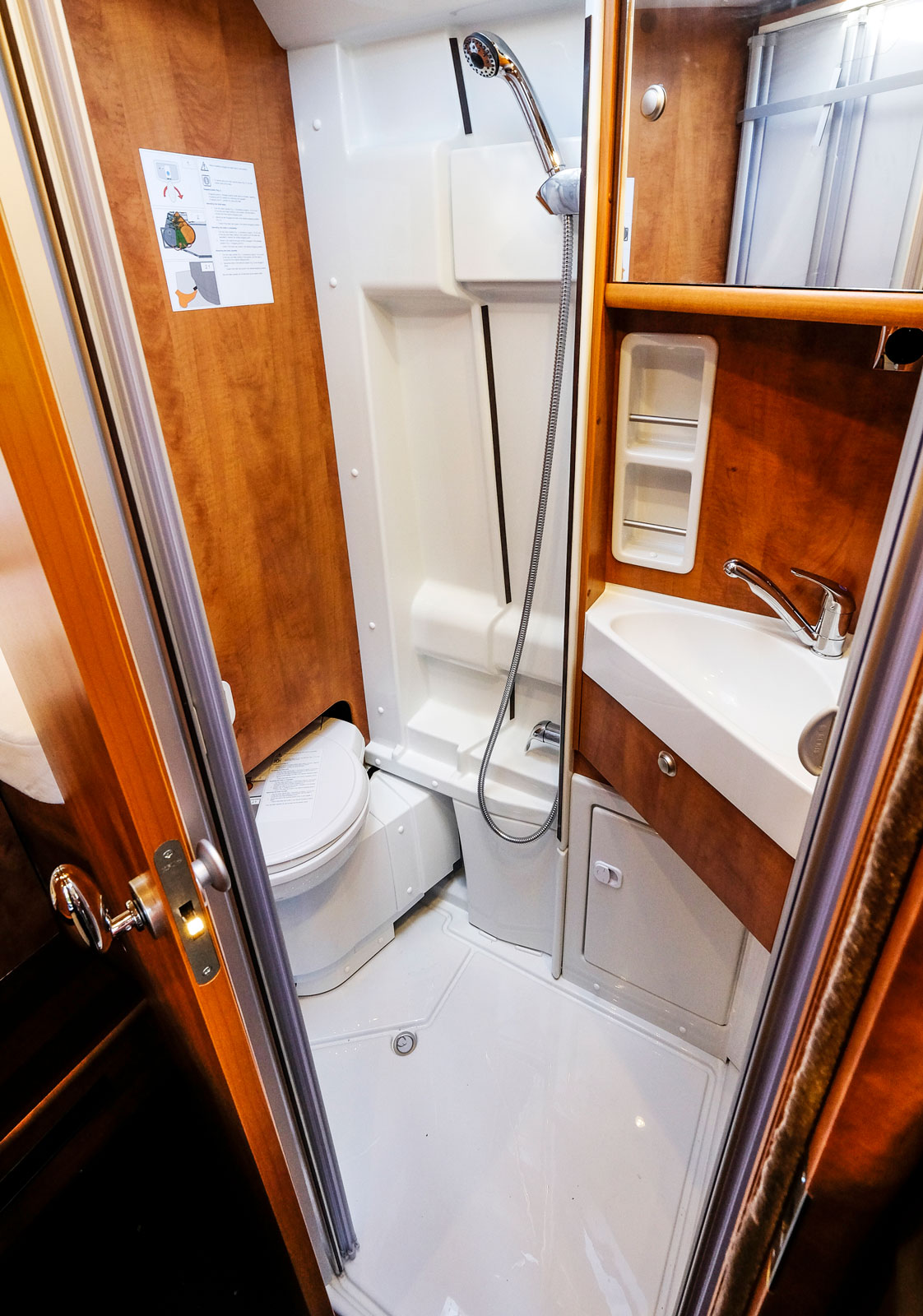 Med toalettstolen ur vägen blir det svängrum i duschen.