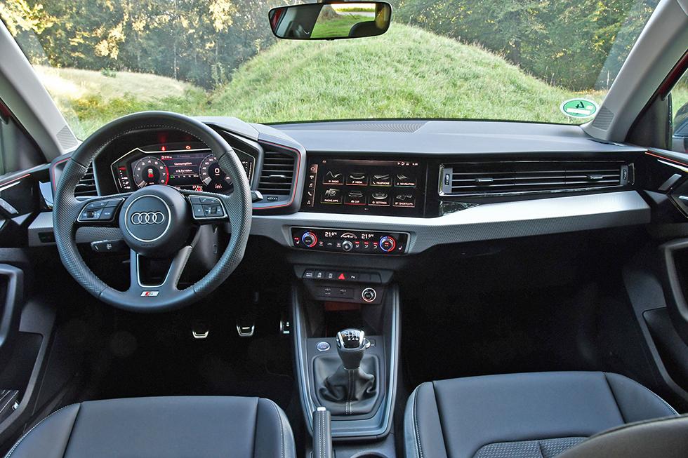 """Stram form med inslag från sportbilen R8. De skärmbaserade instrumenttavlorna är standard. För att få full funktionalitet av skärmen får man välja till """"Virtual cockpit"""" för 1800 kronor. Stolsvärme i tre steg, i VW Polo är det två..."""