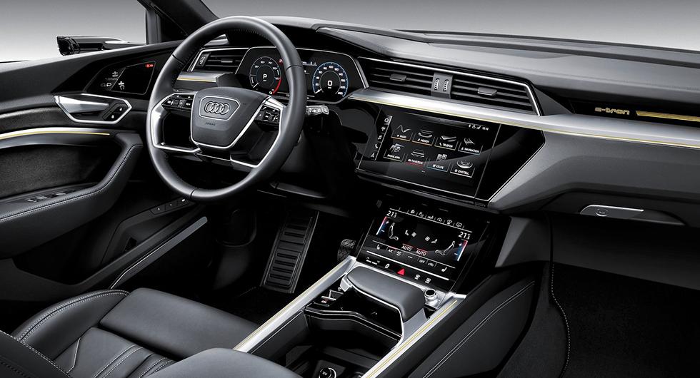 Instrument och reglage känns igen från övriga nya modeller från Audi. Pekskärmarna på mitt-konsolen har haptisk återkoppling.