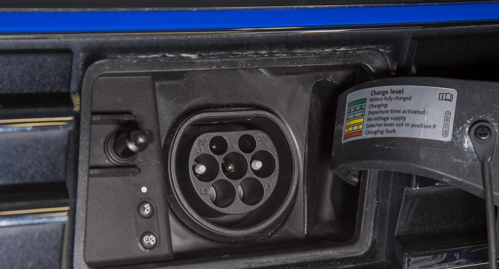 I den bästa av världar hade det bara funnits en kontakt för elbilsladdning. Nu finns flera standarder att hålla reda på. (På bilden syns ett Typ 2-uttag, som är den allra vanligaste modellen).