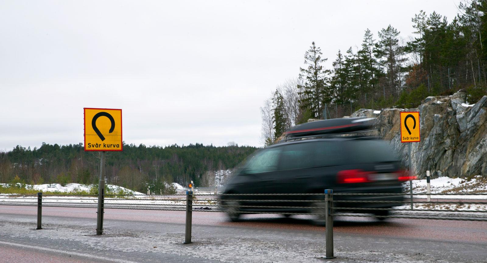 Skylten innan den olycksdrabbade kurvan utanför Strängnäs är mycket sällsynt.