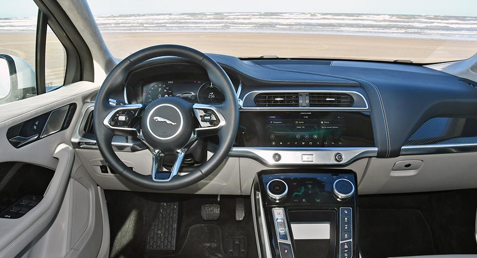 Instrumenten är tydliga men infotainmentsystemet segt, svårjobbat och känns inte alls lika modernt som resten av bilen.