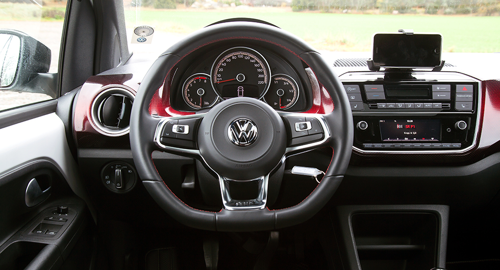 """Instrumenteringen är sig lik, panelerna har gjorts rödrutiga. Ingen medieskärm men väl hållare för """"smartphone"""" och egen VW-app."""