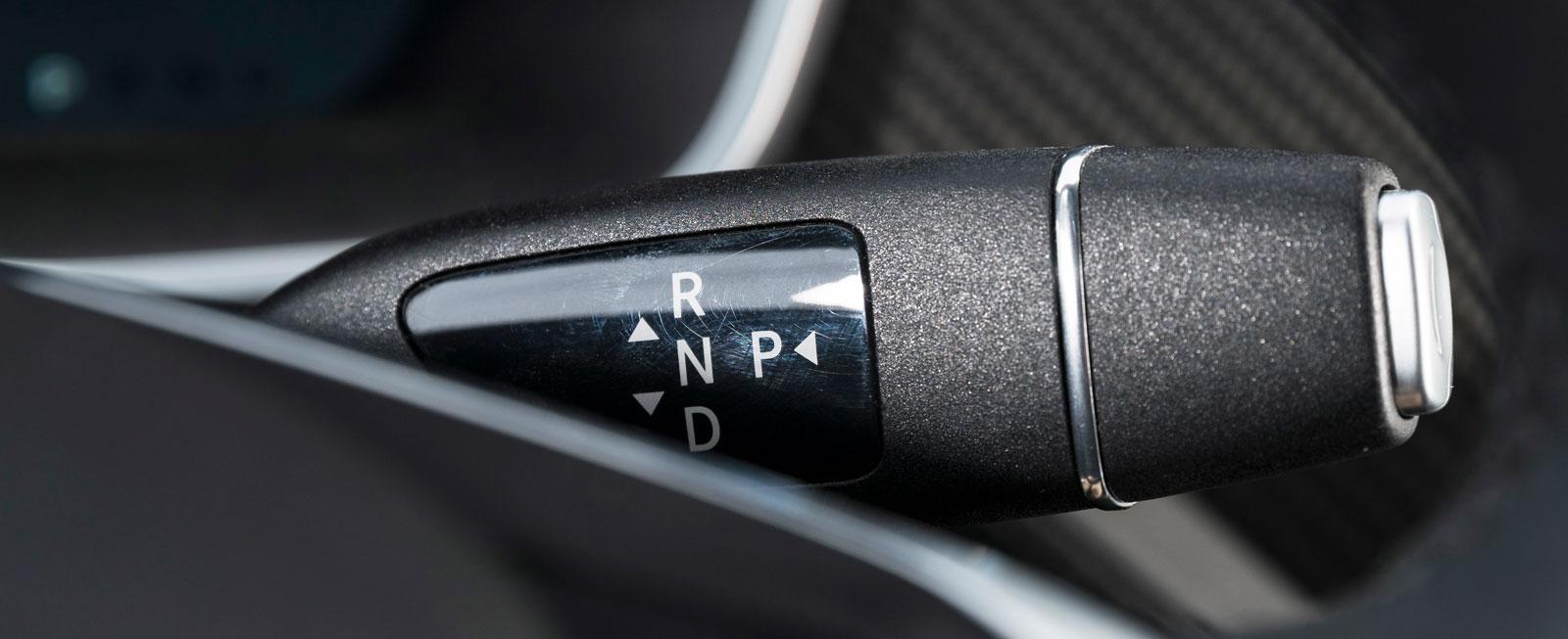 Spakar och fönsterhissar är hämtade från Mercedes, som tidigare ägde tio procent av Tesla. Samma växelväljare finns således i två av testbilarna.
