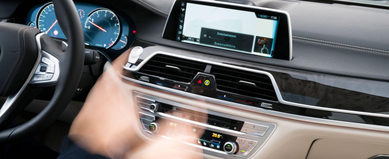 Vifta med fingrarna för att styra olika funktioner. Med gester kan man bland annat höja volymen och byta radiokanal med förbestämda tecken.