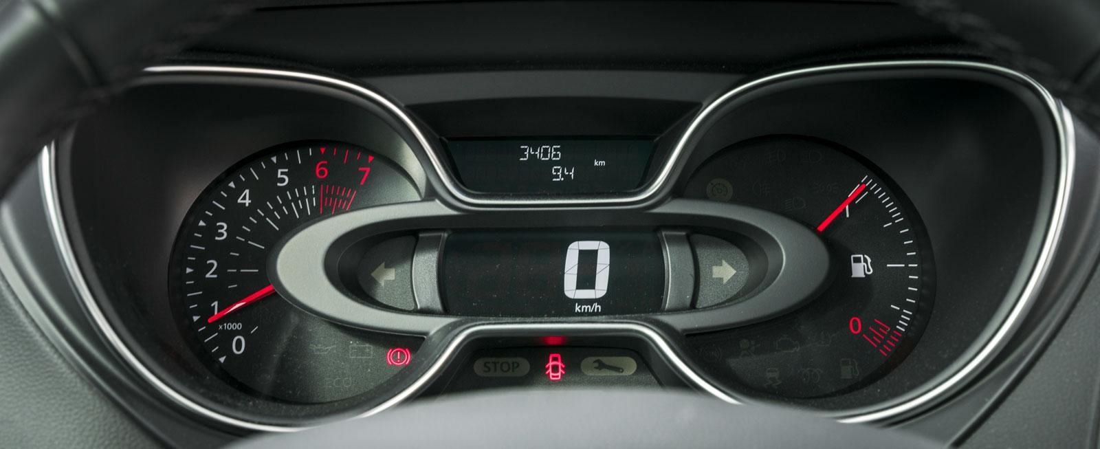 Renault har en lite annorlunda instrumentuppsättning.Hastighetsmätaren är digital och omges av två analoga mätare, en för bränslet och en för varvtalet. Högst upp syns färddatorns minimala display.
