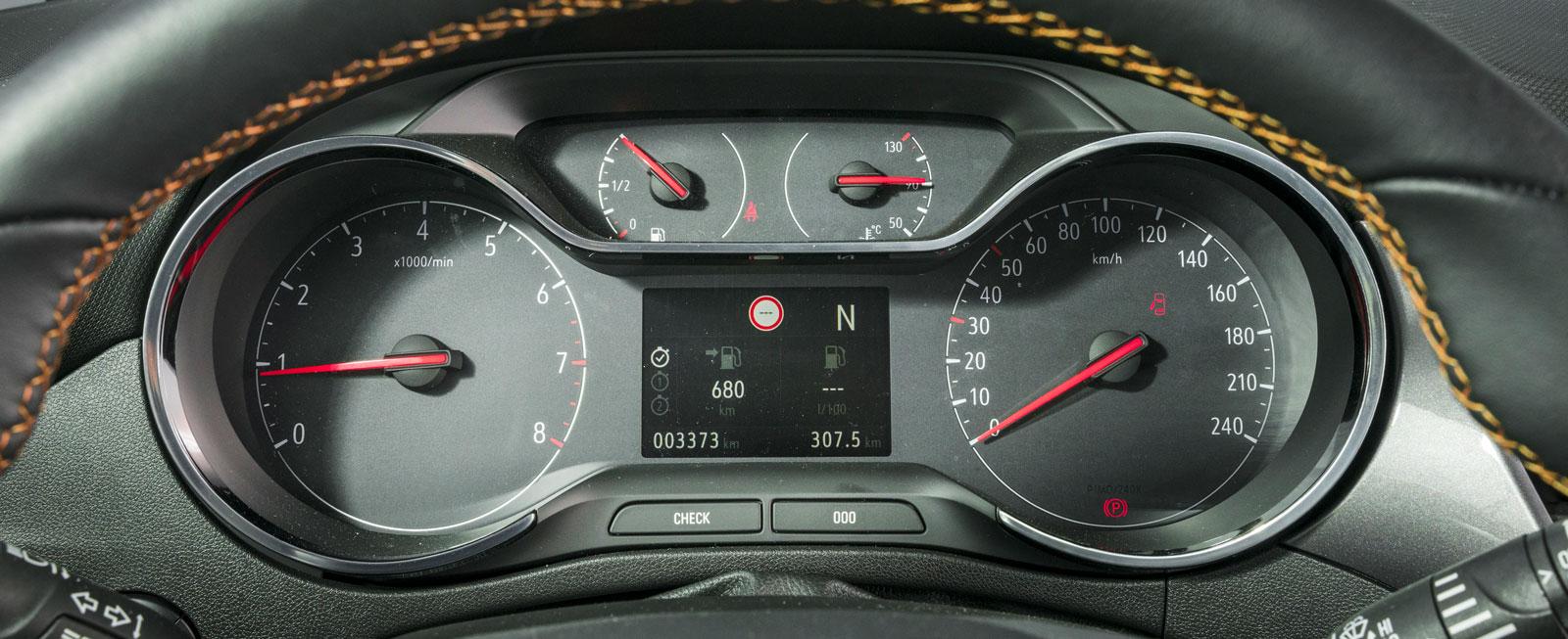 Opels instrumentkluster har fyra snygga mätare. Färddatorns fönster sitter mellan hastighetsoch varvräknartavlorna. Där visas även navigatorn om sådan finns.