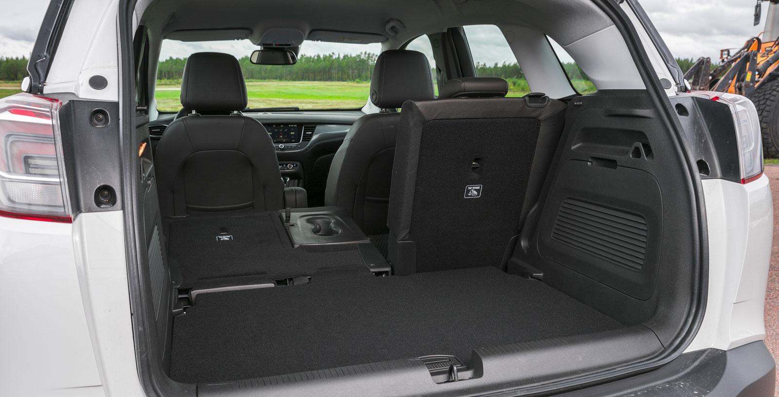 Opels lastutrymme är testets rymligaste och mest flexibla, förutsatt att man satsar 6900 kronor extra på det speciella lastpaketet. Då får man ett skjutbart/delbart baksäte med ett ryggstöd som kan fällas i tre sektioner (40/20/40). Lastgolvet är dubbelt och två bra placerade kasskrokar finns.
