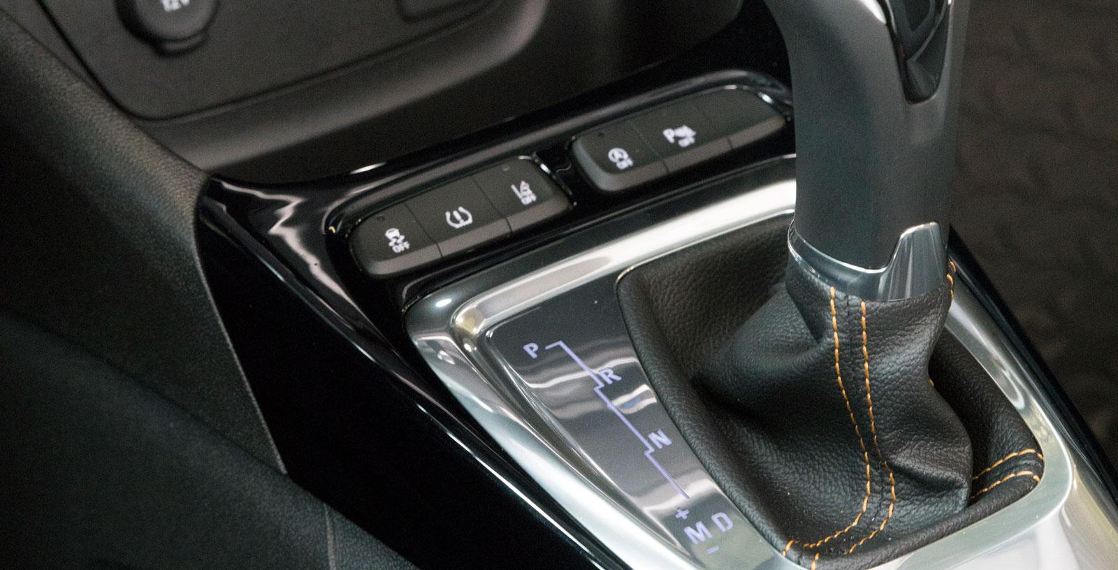 Den sexstegade automatlådan är direkt hämtad från PSA (Peugeot/Citroën) och övertygar inte på alla punkter. Dessutom lämnar kvalitetskänslan i växelväljaren en del övrigt att önska.