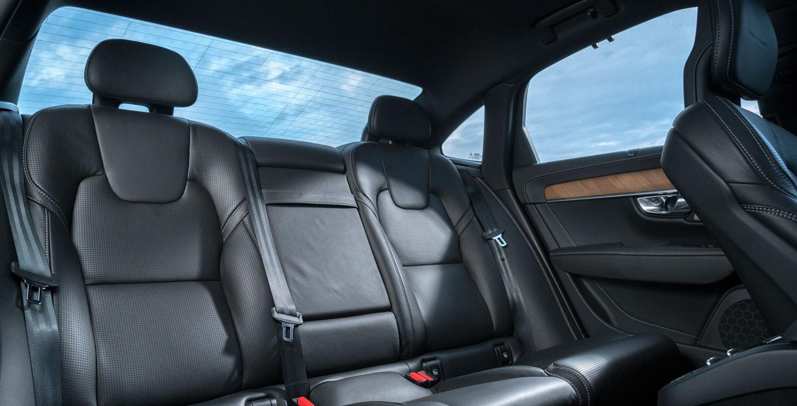 Benutrymmet i Volvos baksäte är bäst i test och sittkomforten i nivå med Mercedes, även om sittdynan är något låg. Plus för generös dörröppning.