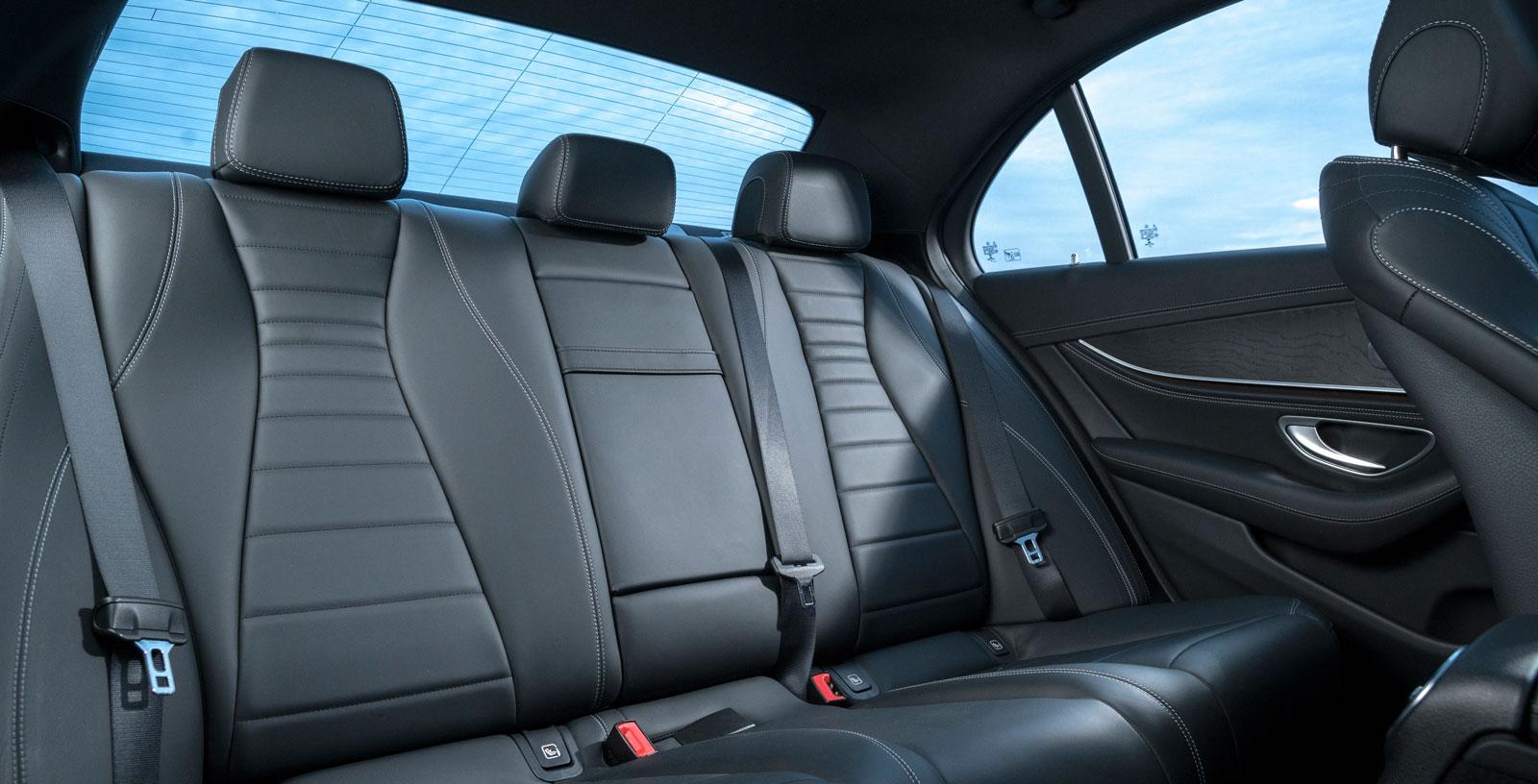 Mercedes baksäte är inte lika skönt att sitta i som BMW:s, men utrymmena är likvärdiga. Trängre dörröppning än i både Volvo och BMW.