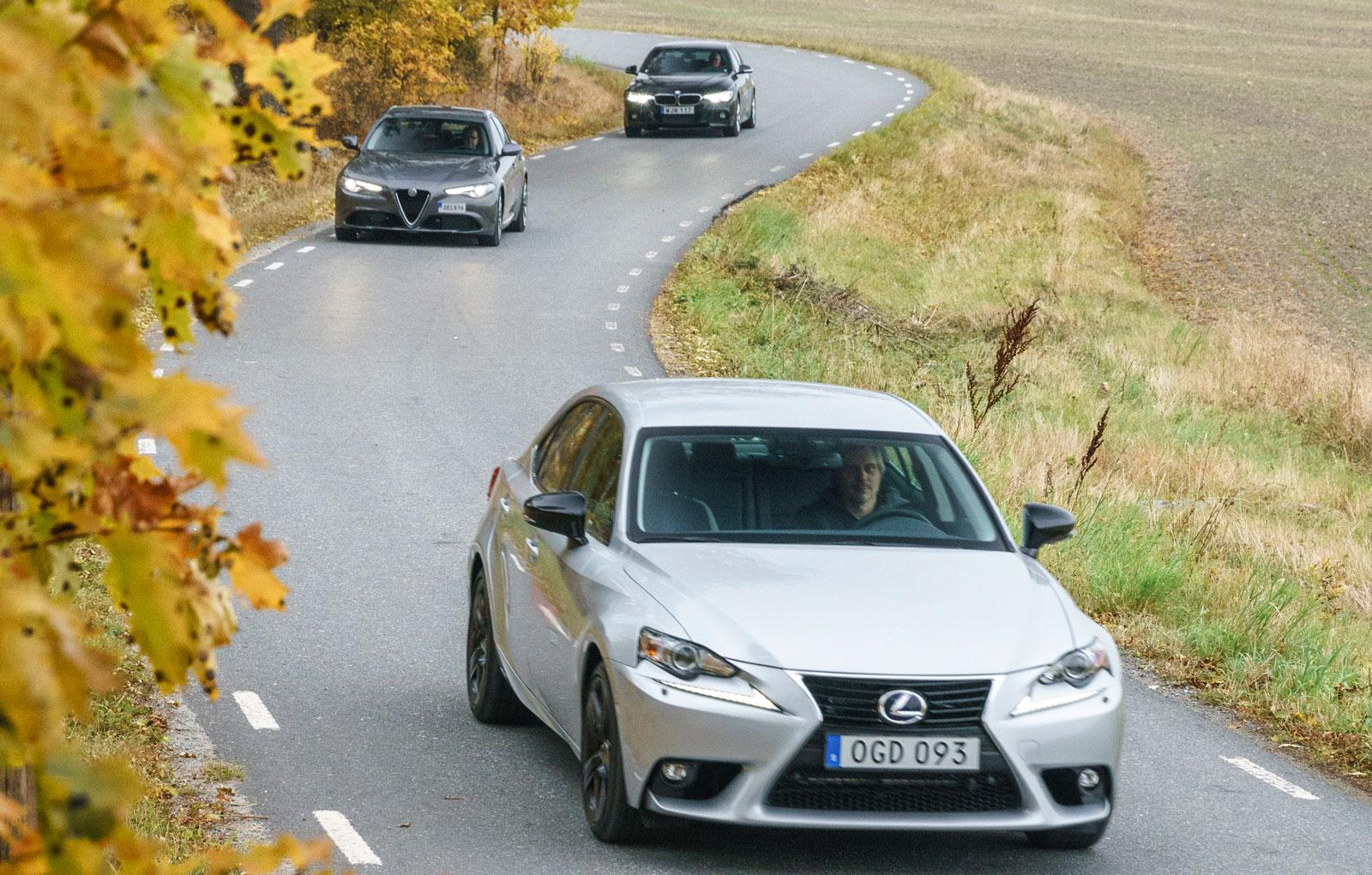 Slingervägar passar trion utmärkt. Lexus rullar avspänt, Alfa Romeo och BMW mer responsivt.