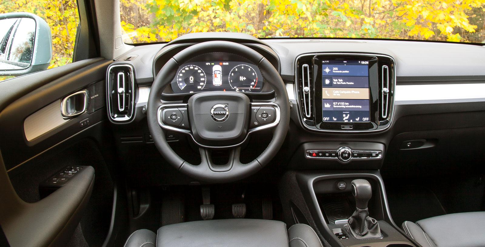 XC40:s förarmiljö är rensad på konventionella knappar och vred. Många  funktioner styrs istället från den stora och centralt placerade pekskärmen. (Bild 1, svep för jämförelse).