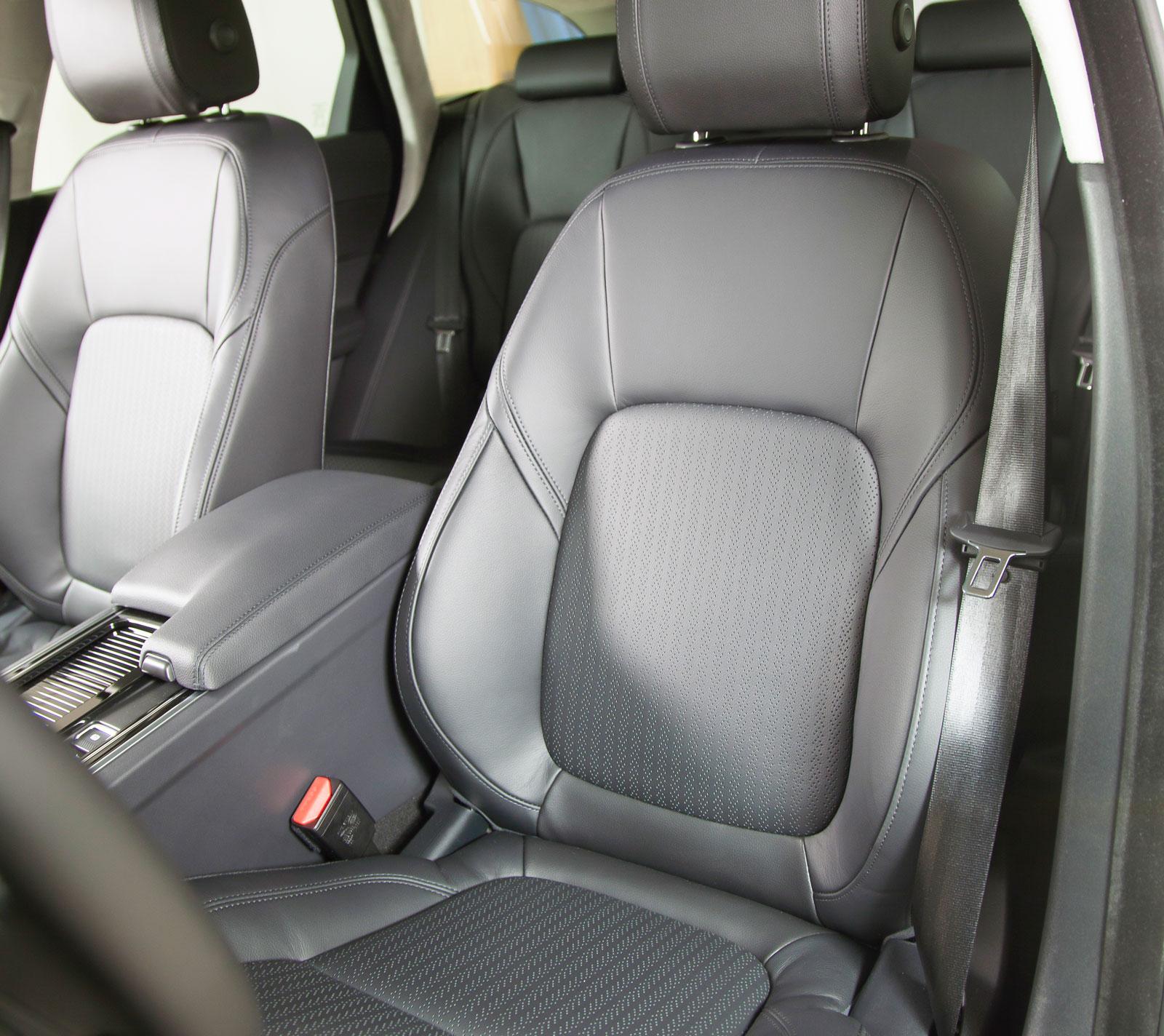 Eljusterbara stolar och läderklädsel är standard i XF. Ryggstöden är en smula korta för långa förare.