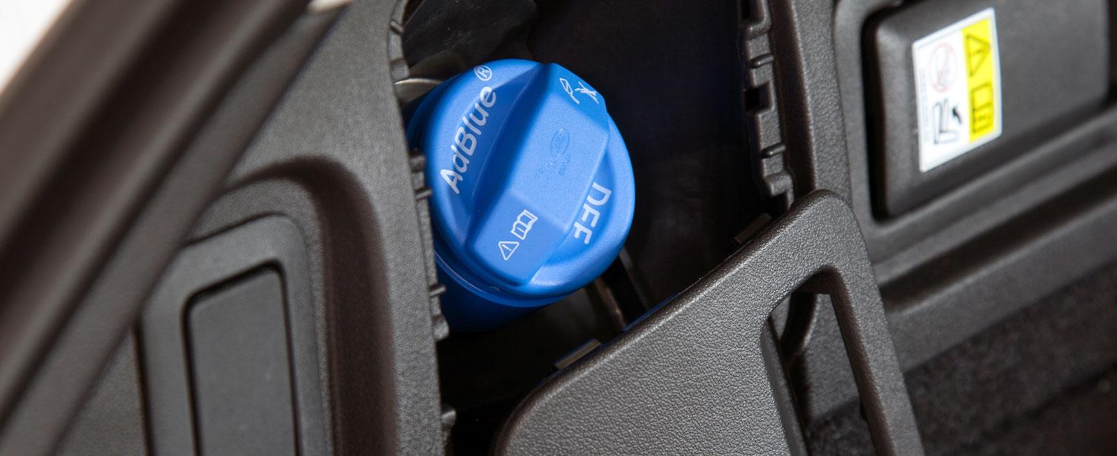 Påfyllningen för AdBlue är ovanligt nog placerad i bagageutrymmets sidopanel. I Audi och Mercedes-Benz finns den bakom tankluckan.