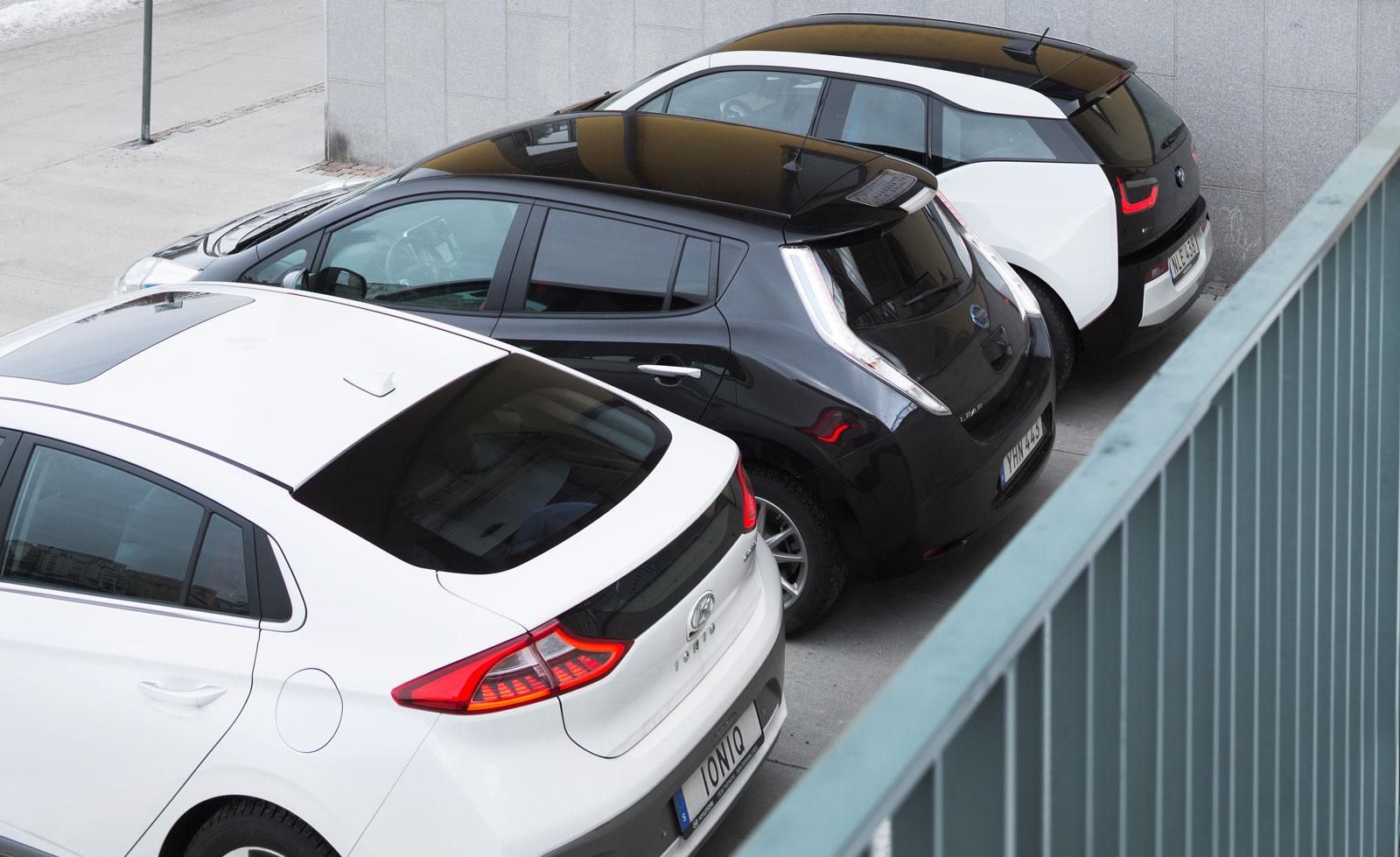 """Dyra att köpa men billiga som tjänstebilar. Förmånsvärdet rabatteras med 40 procent ut-ifrån motsvarande bensinmodeller – BMW 118i, Nissan Qashqai 1,2 DIG-T och Hyundai i40 1,6. Detta oavsett batteristorlek. Därmed får tjänstebilisterna den längre räckvidden """"på köpet""""."""
