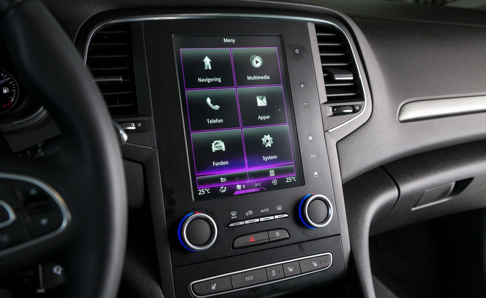 Renaults pekskärm styr både mediesystem, navigator och flera bilfunktioner, dock inte värmen. Minus för   krånglig hantering som kräver viss tillvänjning.