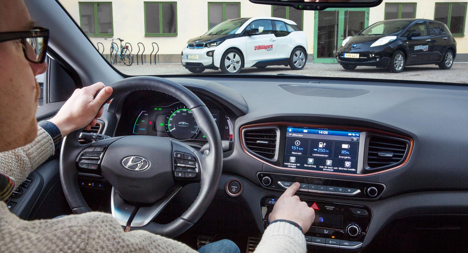 BMW i3 och Nissan Leaf har en design som sticker ut från övriga den bilfloran. Hyundai Ioniq utmärker sig bland elbilarna med att kännas ovanligt vanlig. Speciellt invändigt.