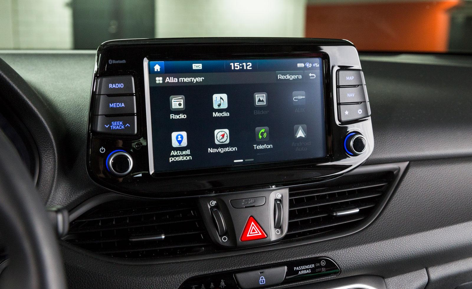 Hyundai har testets mest intuitiva och lättskötta infotainmentsystem. Navigation är standard och snabbknappar finns till flera av de vitala funktionerna.