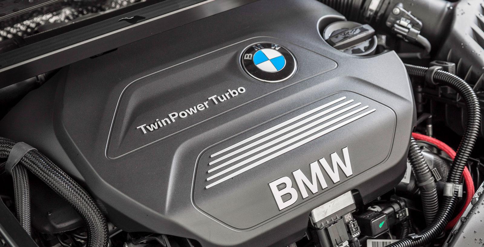 Motorn i BMW X1 sDrive 18d står på tvären och driver framhjulen eftersom delar av bilen delas med Mini. En ganska stark maskin med låg förbrukning, kopplad till en åttaväxlad automatlåda som sköter jobbet mjukt. Men på tomgång är BMW ljudligast i trion, dieselrasslet är påtagligt.