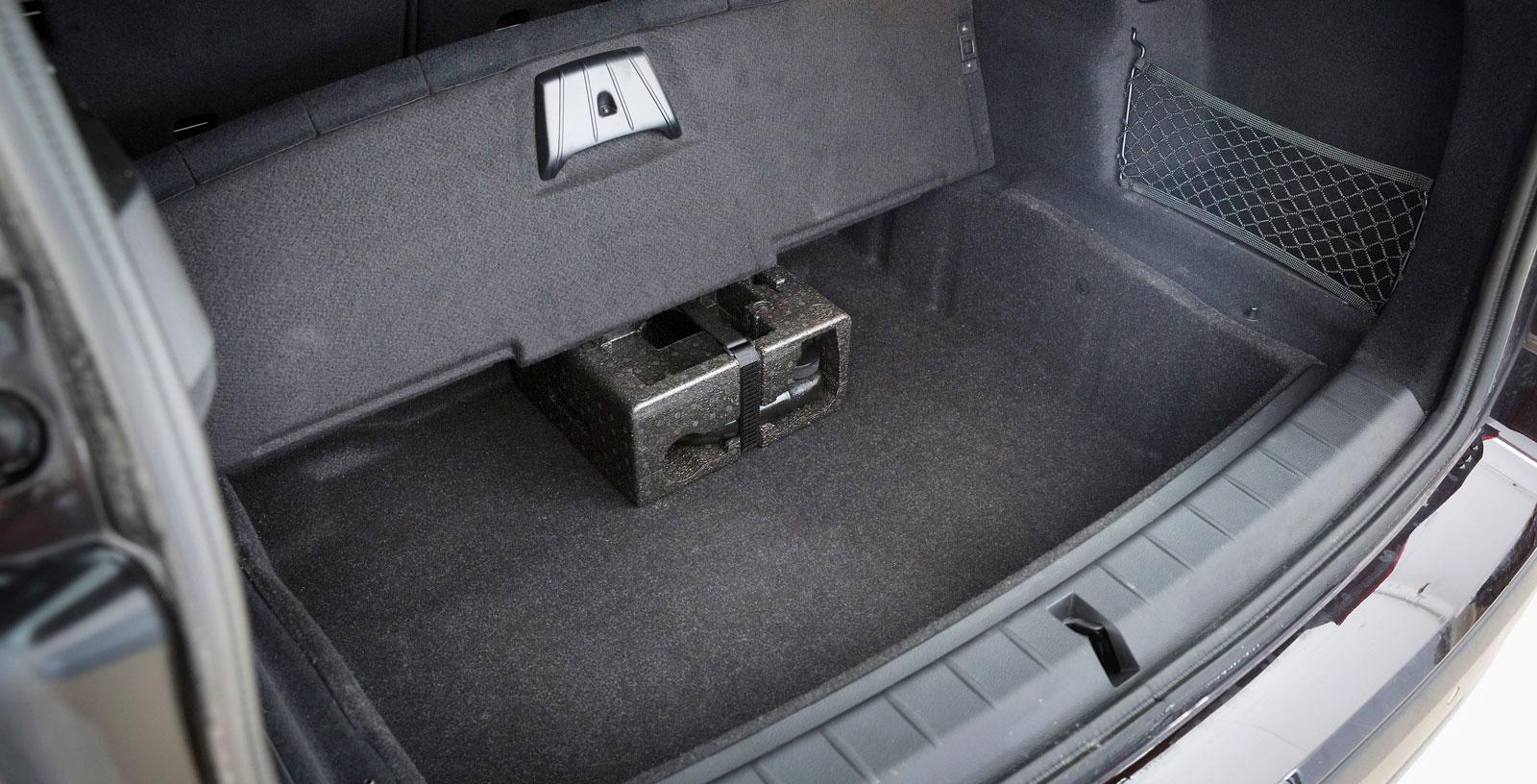 Ordentligt stuvfack under bagagegolvet. Finishen i fack och dolda utrymmen är högre i BMW än i de båda andra.