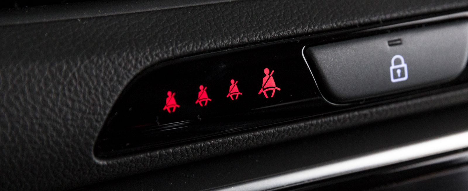 I Hyundai lyser gubbarna röda på panelen om bältena inte används.