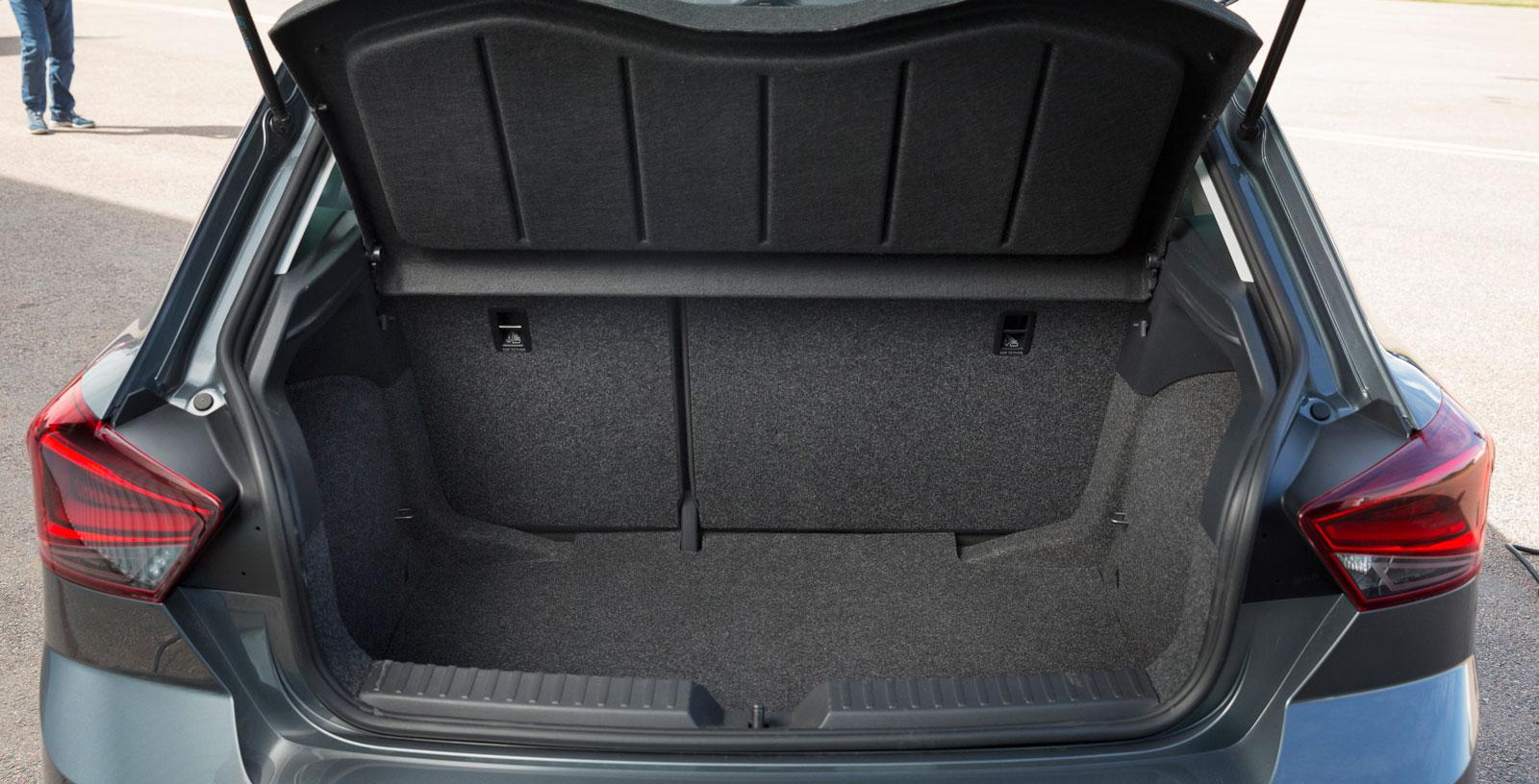 Med 355 lastliter skuggar Ibiza bagageutrymmen i den större Golfklassen. Dubbelt lastgolv kommer med bagagepaketet (+1700 kr).