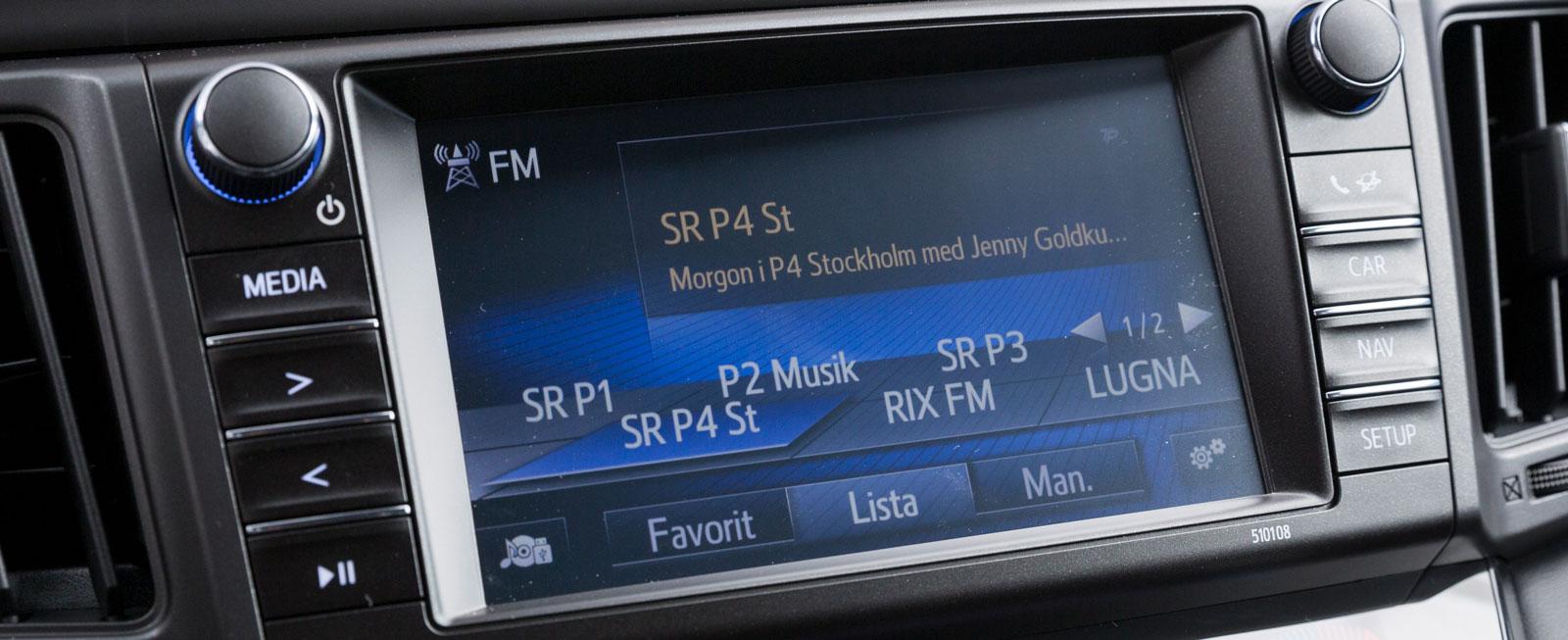 Toyotas skärm sköts med pekningar, vred och tryckknappar. Det hela fungerar utmärkt men i vissa ljusförhållanden är kontrastverkan klen och skärmen svåravläst.
