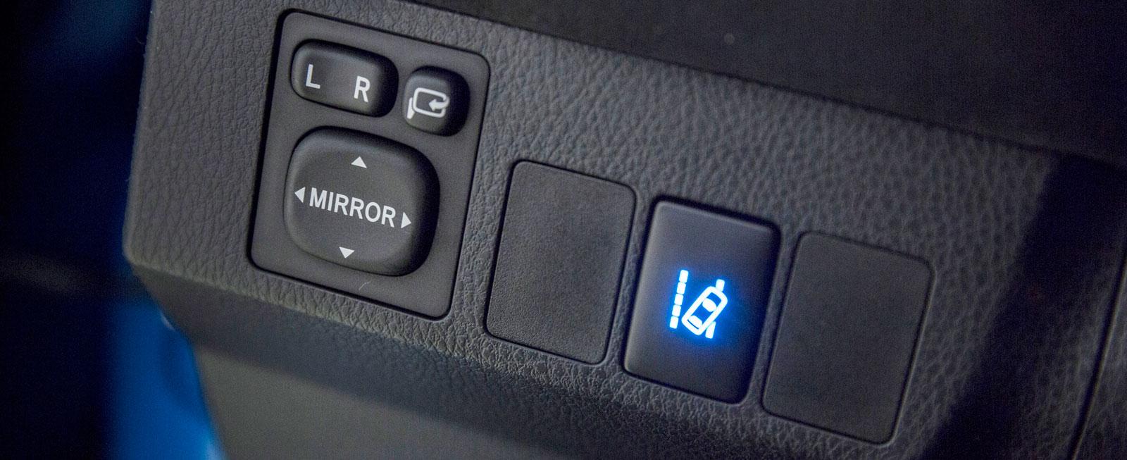Toyotas knappar för att justera de yttre backspeglarna har hängt med sedan urminnes tider – men varför är de inte belysta?