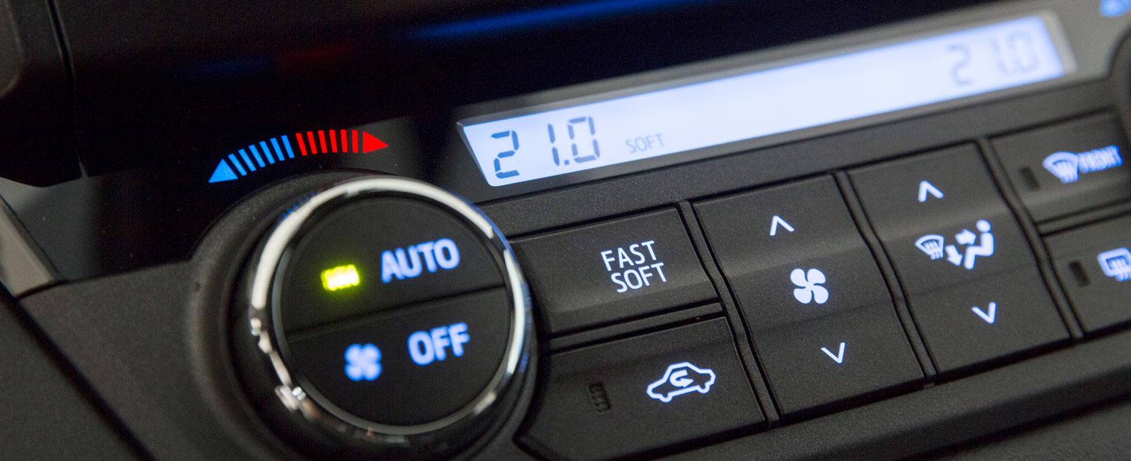 Manöverpanelen för klimatanläggningen skjuter ut ur panelen och styrkan på den automatiska luftströmningen kan ställas in i olika lägen.