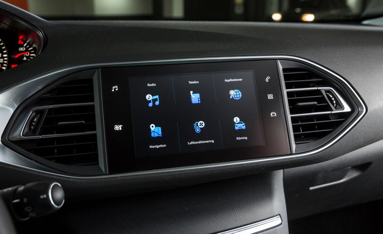 Peugeots pekskärm är lite långsam i reaktionerna och systemet börjar kännas lätt föråldrat. Även flera av bilens funktioner, bland annat värmen, sköts via skärmen.