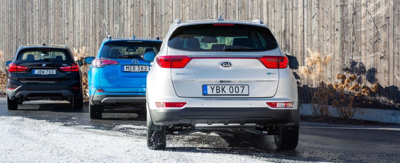 """BMW X1 är ett smidigare, lägre """"högbygge"""" än Toyota och Kia. RAV4 Hybrid tar mest bagage."""