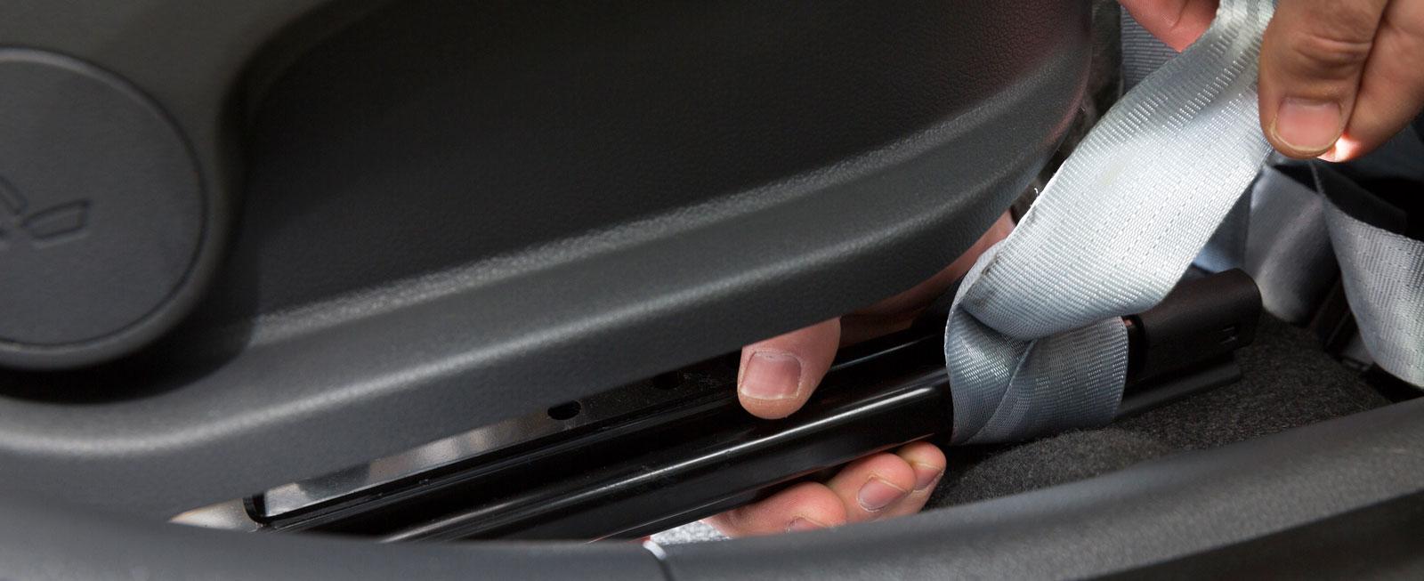 I Hyundai är det lätt att fästa barnstolsremmar under framstolen.