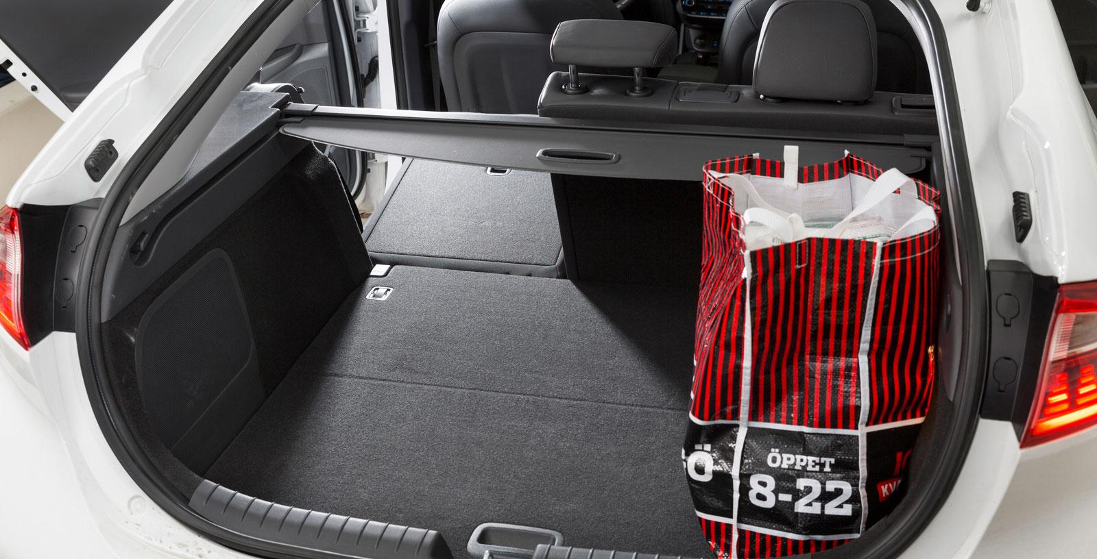 Lättlastat bagage med plats för laddsladd och insynsskydd under lastgolvet. Men låg lasthöjd gör att stora matkassar inte ryms under insynsskyddet och lastvikten för bagaget är låg – bara 60 kilo.